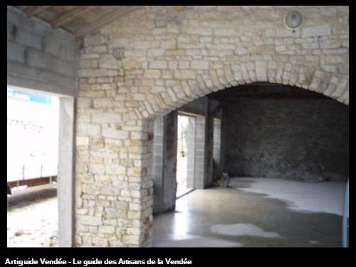 Ouverture dans le mur en pierre / maçonnerie en voûte pour l'aménagement d'un salon de coiffure a st Hermine 85210